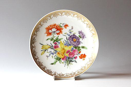 トラディショナル フラワーの基となった花の絵付けです。花や色などの配置や描き込み量の自由度が高く、異なる種類の花々をひとつのモチーフの中にバランス良くまとめるなど、ペインターのセンスが生かされます。