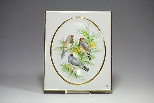 ハイグレードな鳥の絵付けに分類されます。題材となっている鳥そのものや向きの異なる個体を描くための描写や色調のバランスを考えながら描くといった、高度な技術の他、絵付師の絵画的センスが発揮されるモチーフです。