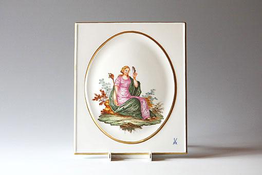 身に纏ったドレープの表情に至るまで自然に見える表現力で描かれた女神像です。