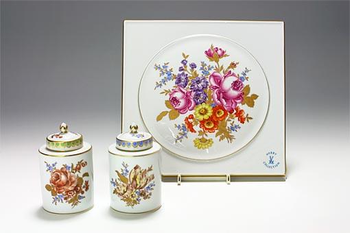マイセンのマルコリーニは、当時のマイセン磁器製作所の総裁の名を冠した特徴的な作風を持つ花の絵付けです。単色は4色、他に多色のブーケなどがあり、戦争で疲弊した人々を元気付けようと考案されたモチーフらしい、繊細で魅力的なシリーズです。