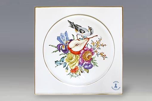 オールドマイセンです。マイセンに古く伝わる技法で描かれています。絵付師の造詣や絵画的センス、カラーへの深い知識が必要とされます。
